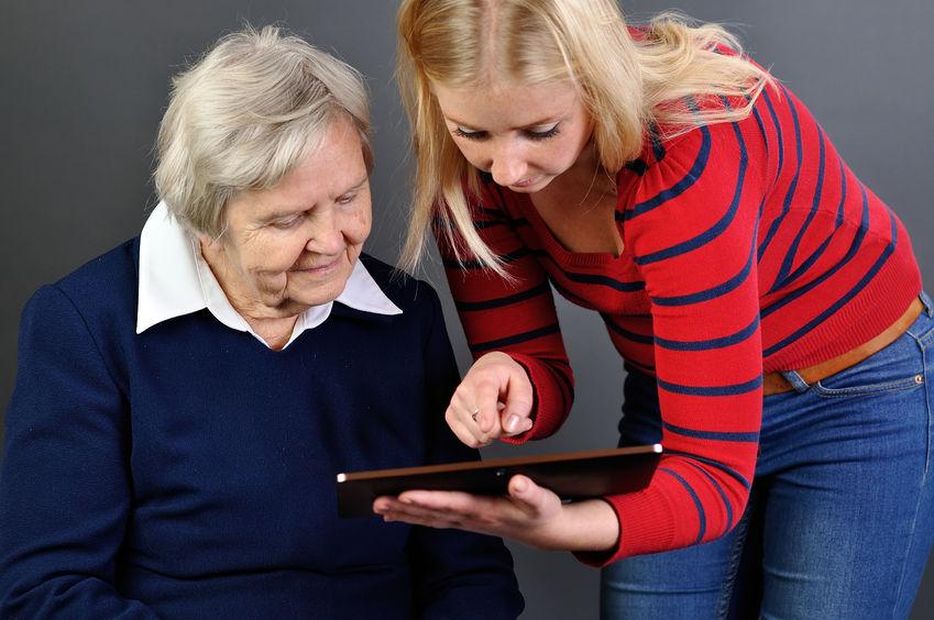Dona gran mirant una tablet